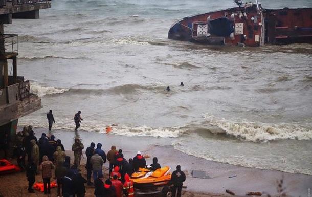 С перевернувшегося танкера в Одессе спасли экипаж