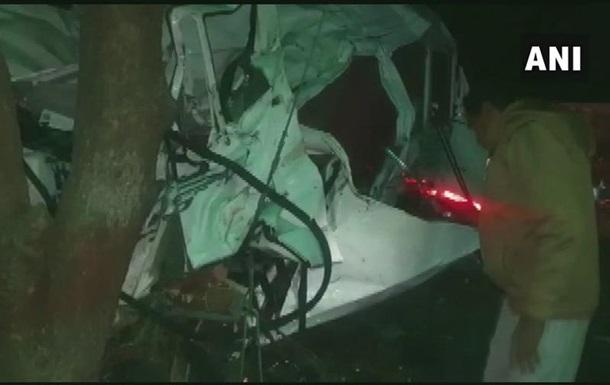 В Индии 12 человек погибли в ДТП с микроавтобусом