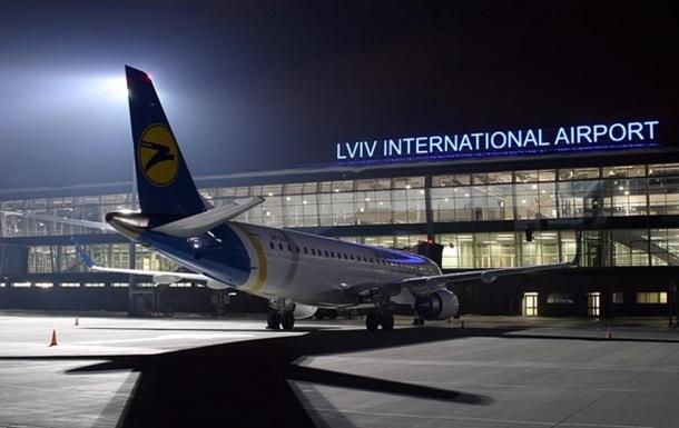 Во Львове самолет съехал с полосы в аэропорту