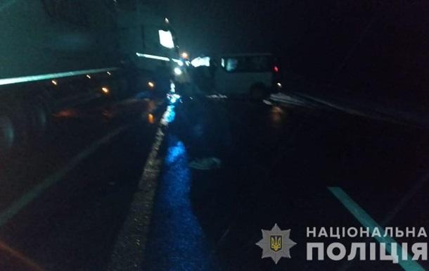 На трассе Киев-Чоп фура протаранила два микроавтобуса, есть жертвы
