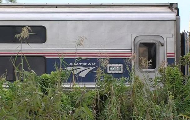 Пассажирский поезд врезался в автомобиль в США