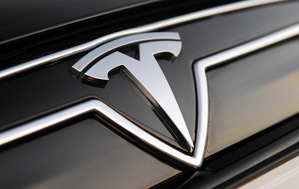 Владелец разбитой Tesla не может от нее избавиться