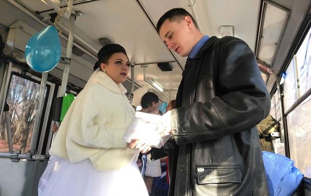 Водитель и кондуктор сыграли свадьбу в троллейбусе