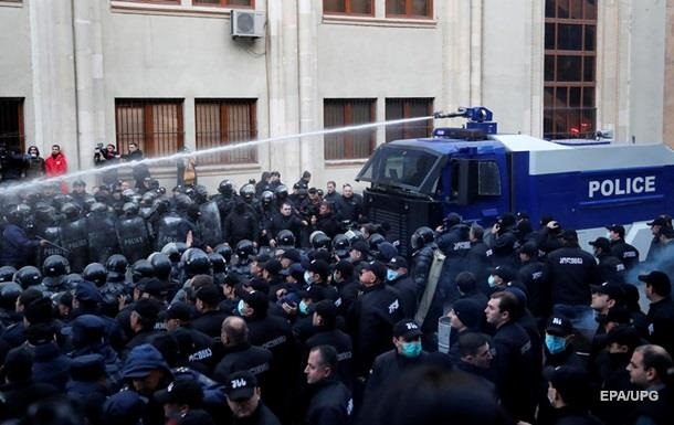 Протестувальників у Тбілісі розігнали водометами