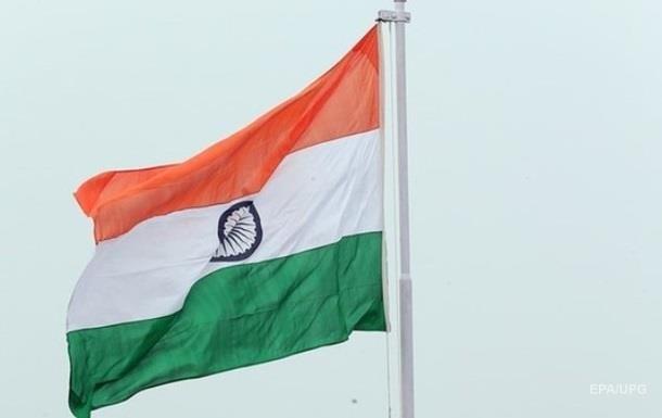 В Индии автомобиль слетел с эстакады и упал на прохожих