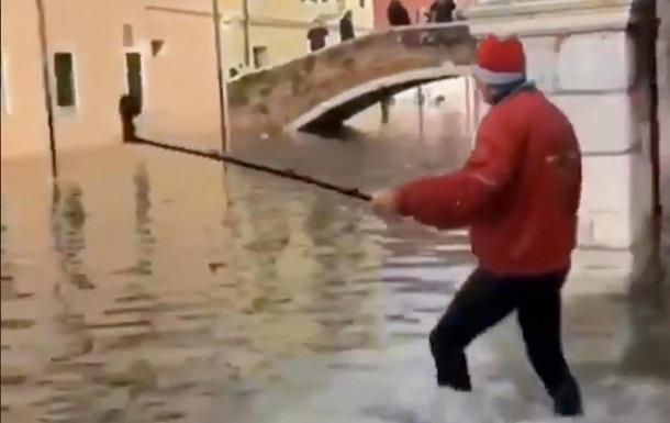 Потоп в Венеции: турист чуть не утонул из-за селфи