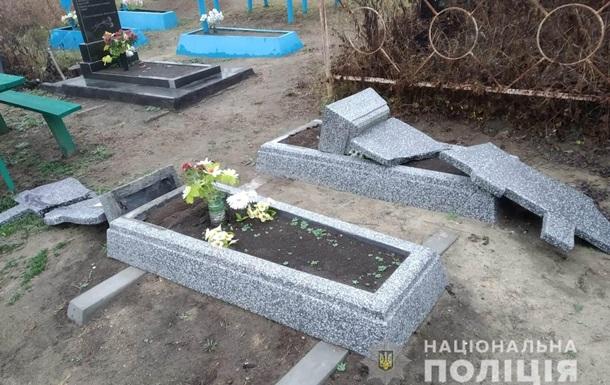 В Винницкой области школьник разгромил 15 могил
