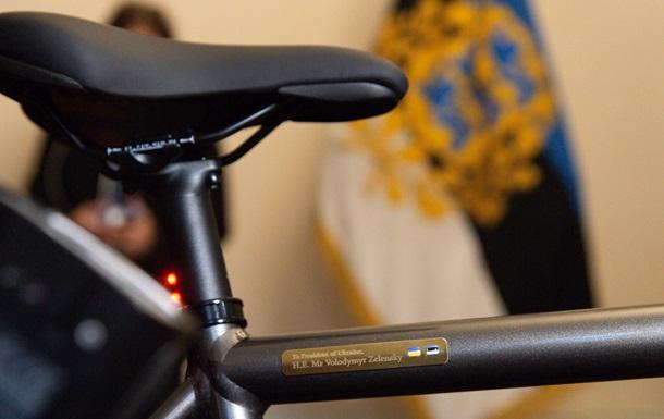 Кальюлайд подарувала Зеленському електровелосипед