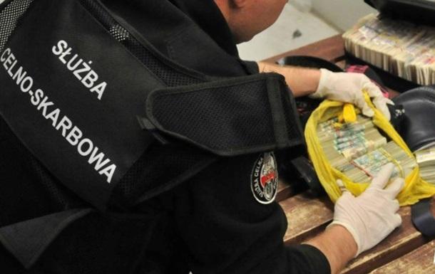 У Польщі затримали двох українців з великою партією валюти