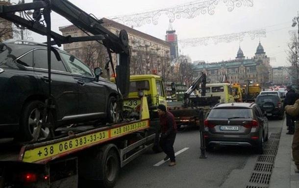 У центрі Києва масово евакуюють автомобілі