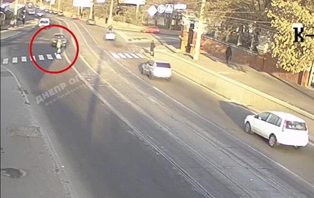 З явилося відео, як Daewoo збив дівчину в Дніпрі
