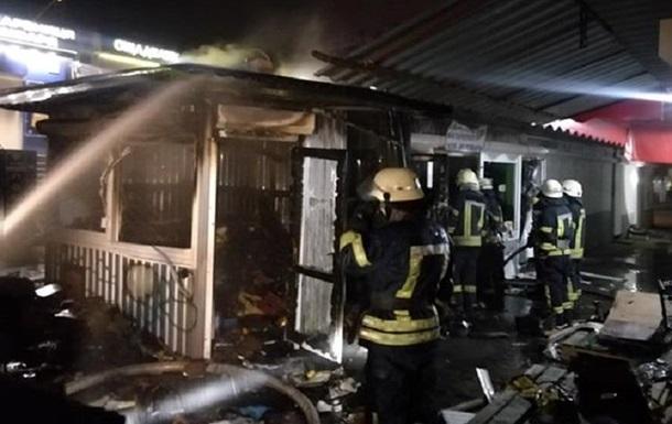 У Києві на Троєщині десятки рятувальників гасили пожежу на ринку