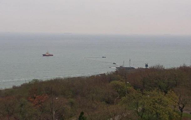 Крушение танкера в Одессе: в море появились улавливатели нефтепродуктов