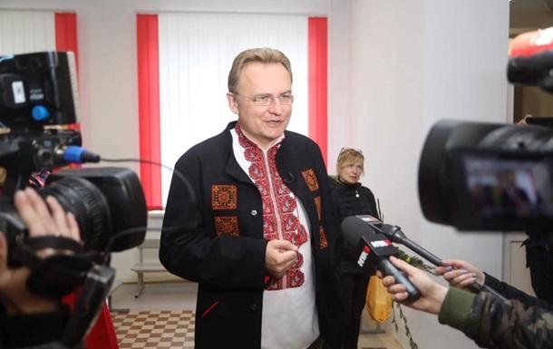 ЗМІ: До Києва рушили автобуси з  тітушками  підтримати Садового