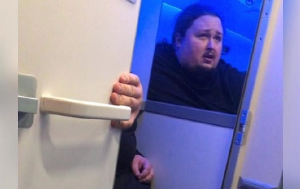Сын Никаса Сафронова застрял на унитазе в самолете