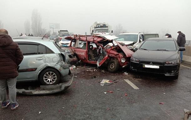 На выезде из Одессы столкнулись 17 автомобилей