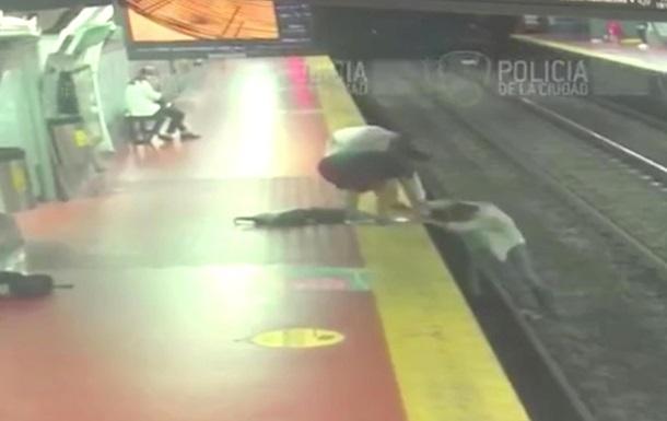 В Буэнос-Айресе мужчина упал на рельсы в метро из-за смартфона