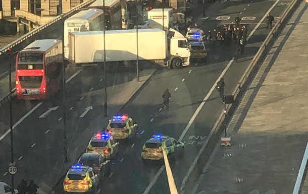 У центрі Лондона чоловік з ножем напав на людей, є поранені