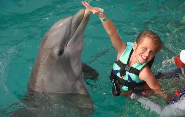 Дельфины искусали и попытались утопить девочку в бассейне
