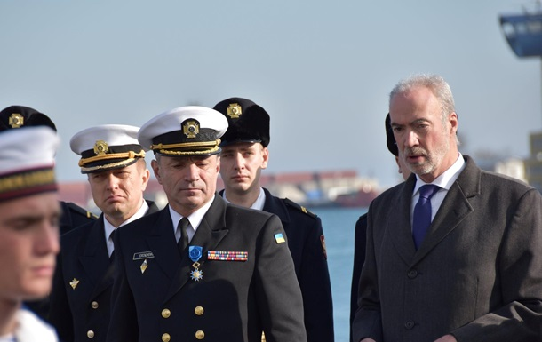 Макрон нагородив командувача ВМС України орденом