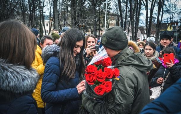 Одинадцять нацгвардійців зробили пропозицію коханим під час присяги