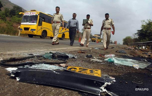 В Індії автобус зіткнувся з автоцистерною