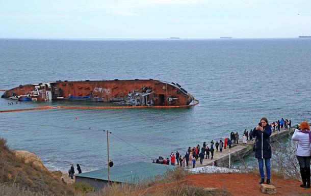 На засілому на мілині танкері в Одесі з явилися написи
