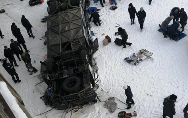 У Росії автобус впав у річку: багато загиблих. 18+