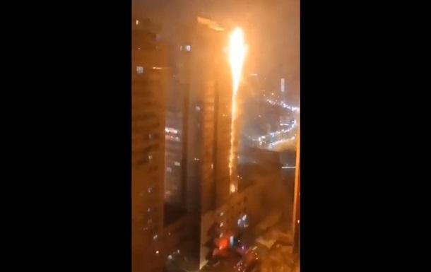 В Китае загорелся высотный жилой дом