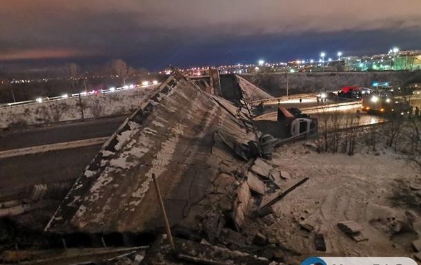 Из-за колонны грузовиков рухнул мост