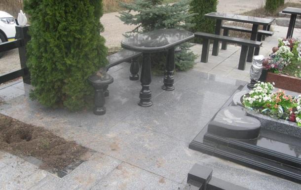 Під Києвом осквернили могилу Героя України