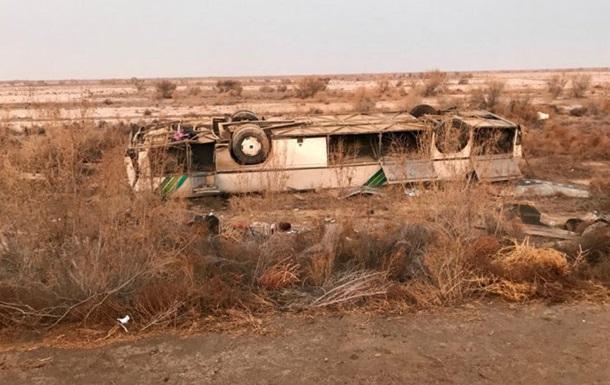 В Казахстане перевернулся автобус: восемь погибших