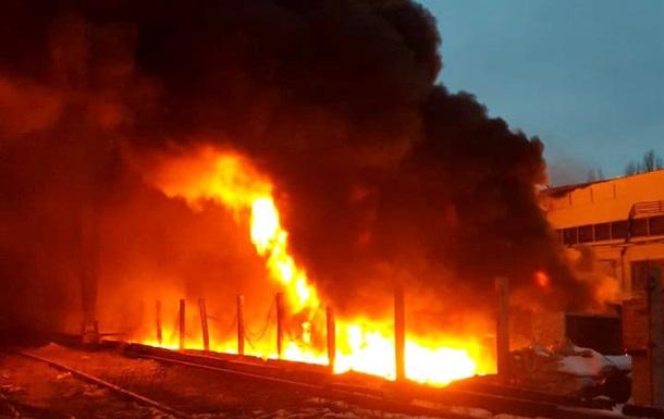 У Полтаві гасять масштабну пожежу на складах
