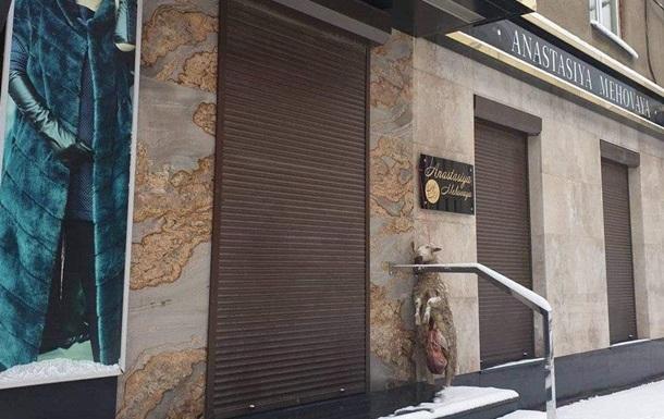 У центрі Харкова біля дверей бутика повісили труп овечки