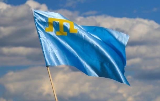 Крымскотатарский флаг на шее Украины