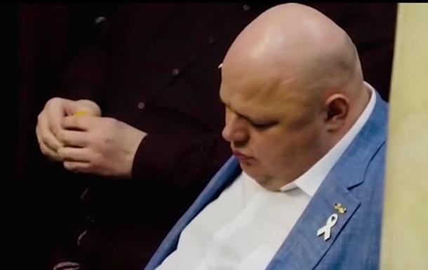 Депутат від Слуги народу заснув у Верховній Раді