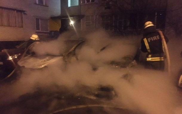У Києві згоріли три припарковані автомобілі