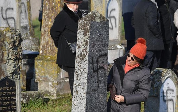 Більш як сотню могил на єврейському кладовищі у Франції розписали свастикою