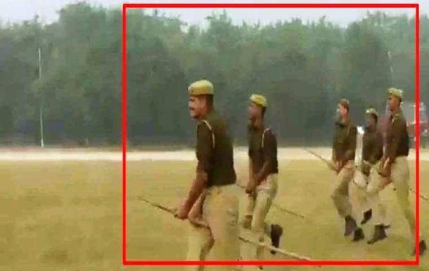 В Индии конным полицейским выдали палки вместо лошадей
