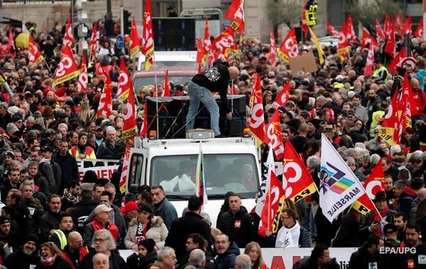 У Франції протести проти пенсійної реформи. Транспорт не працює