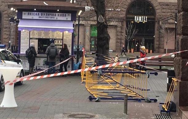 На головній вулиці Києва на пішоходів впали риштування: є постраждалі