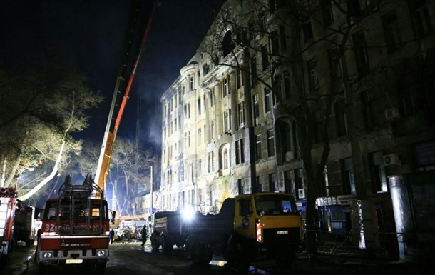 Пожежа в Одесі: рятувальники вночі розбирали завали