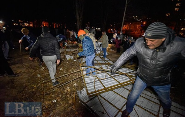Протестующие в Киеве снесли забор на месте строительства многоэтажки