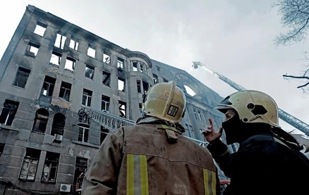 Пожежу в коледжі Одеси досі повністю не загасили