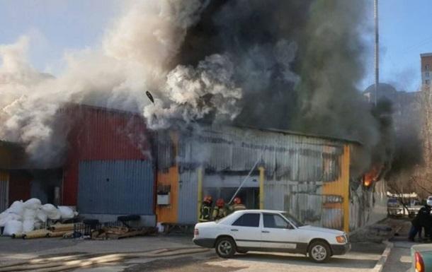 У Києві горить колишня швейна фабрика