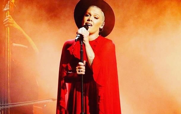 Співачка Pink поголила голову
