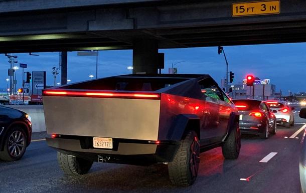 Картинки по запросу Илона Маска заметили за рулем электропикапа Cybertruck