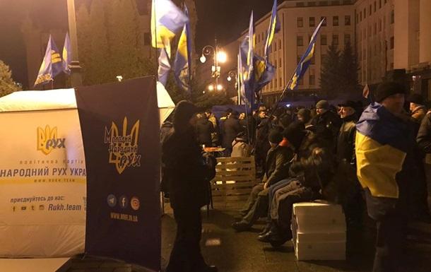 Митингующие ночевали в палатках под Офисом президента