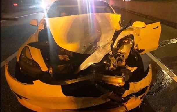 Tesla на автопілоті протаранила дві машини