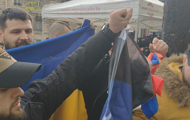 У Парижі ветерани АТО розірвали російський прапор